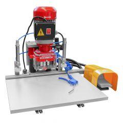 Pneumatiikalla varustettu saranaporakone. Blum - mallissa ruuvireikien väli 45 mm ja ruuvireikien keskikohdasta saraupotuksen keskikohtaan 9,5 mm. Pieneen tuotantoon tai yksittäisosien valmistukseen.