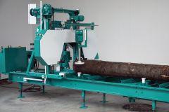 Tehokas tukkivannesaha hydraulisella sahauspöydällä ja 15kW moottorilla. Sahausleveys 800mm ja 6500mm / 7500mm pitkille tukeille. Hydraulinen sahauspöytä. Sahauspöydässä ei ole yhtään pulttiliitoksia ja pöytä on valmistettu paksusta teräspalkista. Rakenne